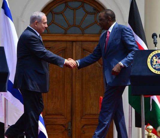Israels statsminister Benjamin Netanyahu sammen med Kenyas president Uhuru Kenyatta tirsdag 5. juli 2016 i Nairobi. (Foto: GPO)