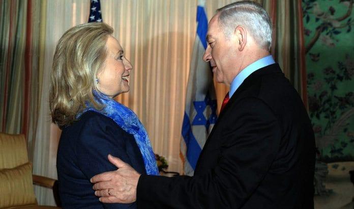 USAs daværende utenriksminister Hillary Clinton og Israels statsminister Benjamin Netanyahu under et møte i 2012. Clinton leder på meningsmålingene før presidentvalget i USA i november 2016. (Foto: Amos Ben Gershom, GPO)