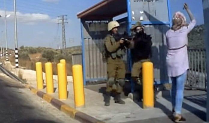 Kvinnen på bildet går til angrep mot soldatene med kniv. (Foto: Skjermdump fra YouTube)