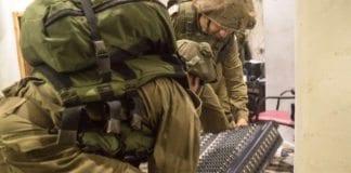 Her beslaglegges utstyr fra radiostasjonen Al Sabanel i Hebron. (Foto: IDF)
