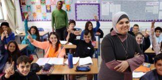 Den arabisk-israelske læreren Nedaa Rabi er her sammen med klassen hun underviser på Gvanim ungdomskole i Qadima. Skolen har ansatt fem arabiske lærere og er et vellykket eksempel på utdanningsdepartementets integreringsprogram. (Foto: Hadas Parush/Flash 90)