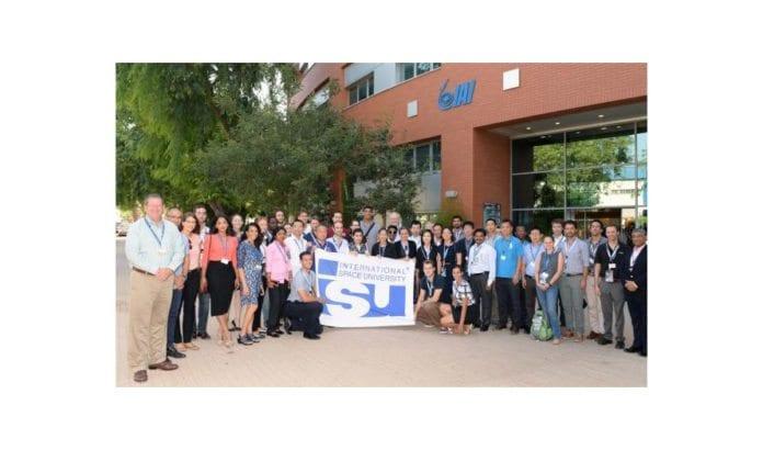 Deltakere på sommerkurset under et besøk hos Israel Aerospace Industries. (Foto: International Space University)