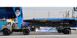 Et iransk missil på utstilling under en militærparade. (Foto: Wikimedia Commons)