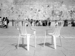 Plaststoler fra Keter foran Vestmuren (Foto: Flickr)