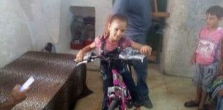 Her er åtte år gamle Anwar Burqan på sin nye sykkel. (Foto: Lonny Baskin)