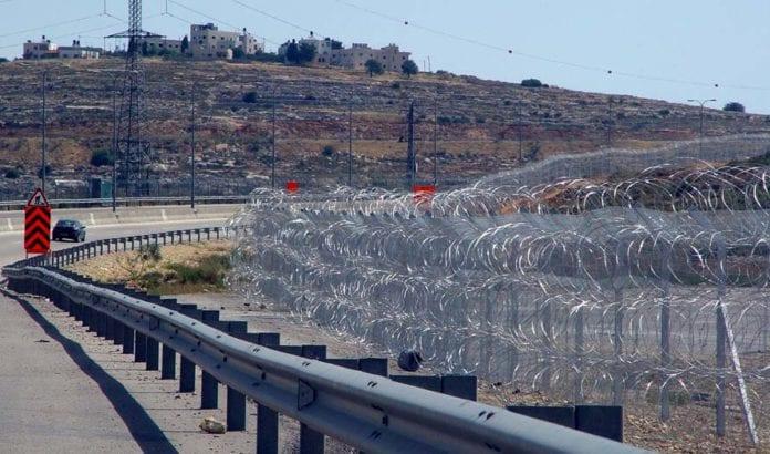 En del av den israelske sikkerhetsbarrieren på Vestbredden. (Illustrasjonsfoto: Wikimedia Commons)