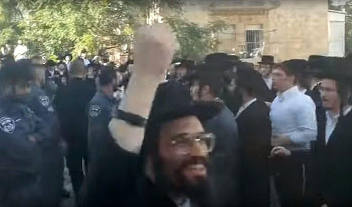 Ultraortodokse jøder demonstrerer i Jerusalem søndag 21. august 2016. (Foto: Skjermdump fra YouTube / Times of Israel)