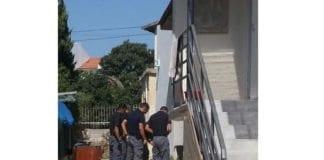 Politiet undersøker åstedet for raketteksplosjonen i Sderot søndag 21. august 2016. (Foto: Israelsk politi)