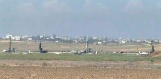 Her er starten på byggingen av den nye sikkerhetsbarrieren ved Gaza-grensen. (Foto: Skjermdump fra video på Ynetnews.com)