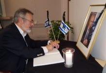 Jan Benjamin Rødner signerte kondolanseprotokoll på Israels ambassade etter Shimon Peres' bortgang (Foto: MIFF)