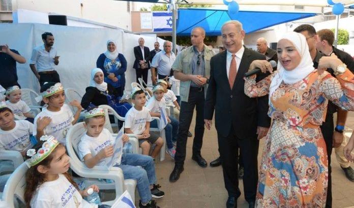 Netanyahu møtte elever på Tamra Haemek barneskole i Tamra 1. september 2016. (Foto: GPO)