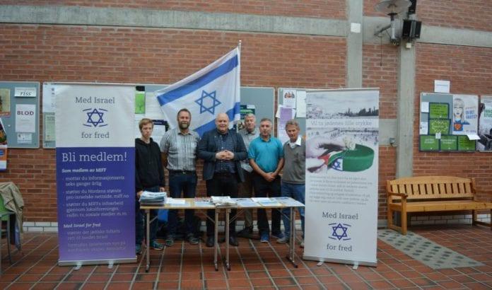 Seks glade MIFF-medlemmer på stand på Dragvoll (Foto: Geir Knutsen)