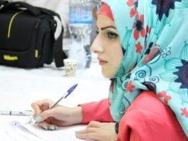 En ung palestinsk kvinne får undervisning i demokratisk styresett i regi av UNDP. (Illustrasjonsfoto: UNDP/PAPP/ Sharek Youth Forum)