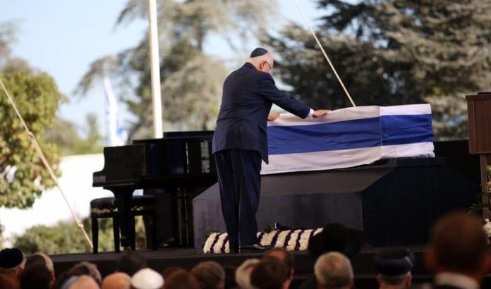 Israels president Reuven Rivlin tar den siste avskjed med sin forgjenger Shimon Peres. (Foto: Miriam Alster, Flash90)