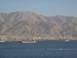 Den jordanske byen Akaba sett fra Eilat i Israel. (Illustrasjonsfoto: Chris Yunker, Wikimedia Commons)