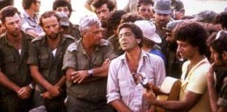 Leonard Cohen sammen med Ariel Sharon under Yom Kippur krigen i 1973. Cohen var på turne i Hellas, men så snart han hørte om krigen som brøt ut, reiste han fra alt for å støtte de israelske troppene. (Foto: Stand With Us)