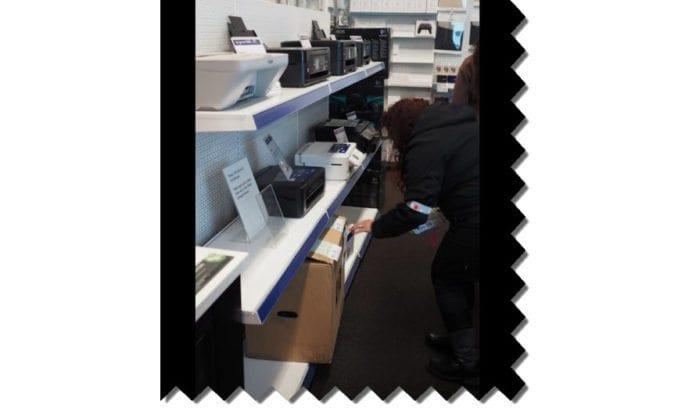 Aksjonistene har publisert dokumentasjon på hvordan de forsøplet butikkene. (Skjermdump fra Facebook-siden til BDS Norge)