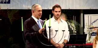 Israels statsminister Benjamin Netanyahu tente det første Hanukka-lyset lørdagskveld den 24. desember. (Foto: skjermdump, statsministerens Youtube-kanal)
