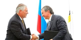 Rex Tillerson sammen med Igor Sechin, en av Putins næreste allierte. (Foto: Kremlin, Wikimedia Commons)