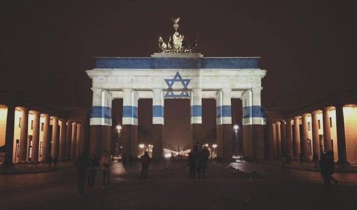 Etter terrorangrepet i Jerusalem ble Brandenburger Tor lyssatt i de israelske farger. (Foto: Muhammad Zoabi)