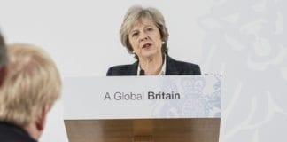Den britiske statsministeren Theresa May viser sin støtte til Israel. Hun nekter å godta slutt-teksten fra møtet i Paris. (Foto: Jay Allen/Flickr)