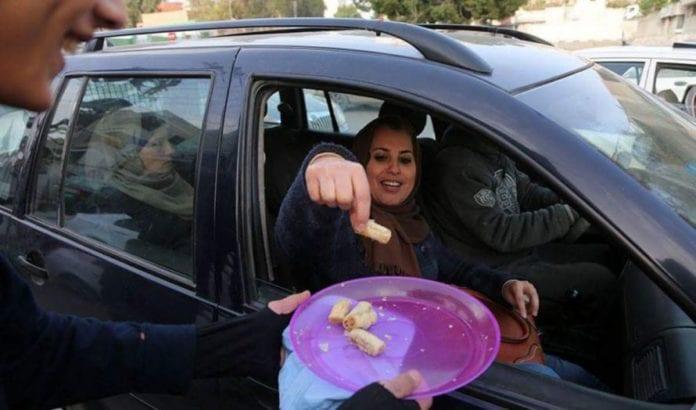 Søtsaker deles ut til trafikanter i Gaza (Skjermdump fra Twitter).
