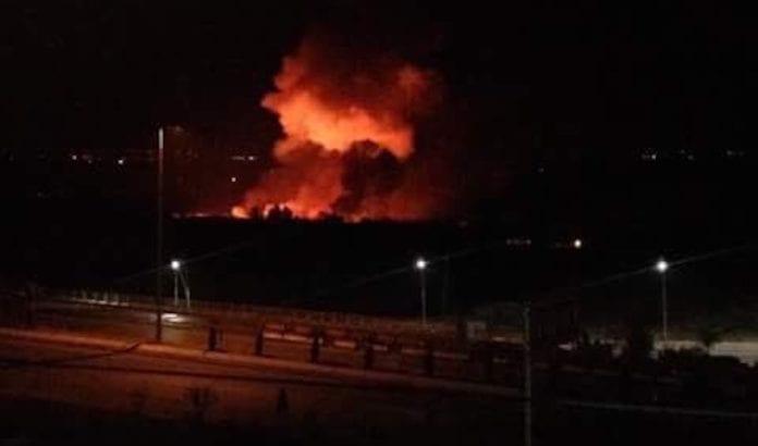 En flybase utenfor Damaskus ble bombet natt til fredag. Syria anklager Israel for å stå bak. (Foto: Skjermdump Twitter)
