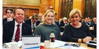 Aina Stenersen (midten) og partileder Siv Jensen på årsmøtet til Oslo FrP 4. februar 2017. (Foto: Privat)
