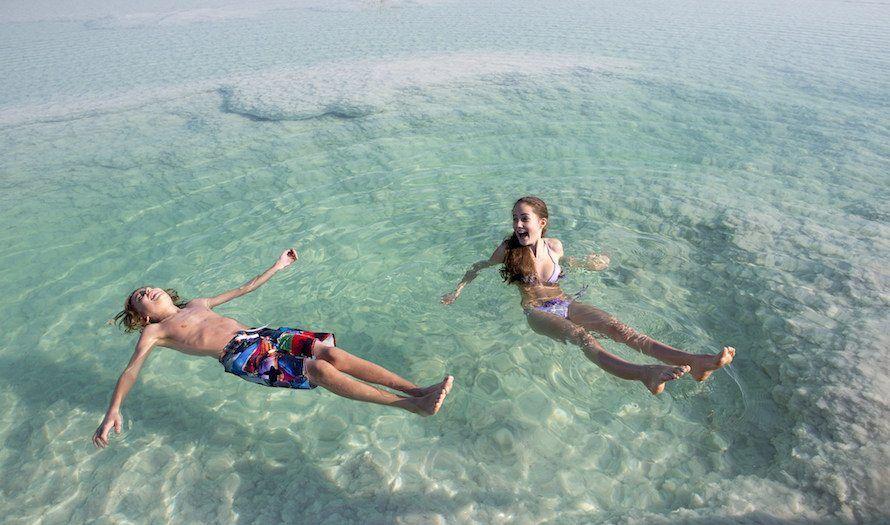 Dødehavet er et populært turistmål. Det høye saltinnholdet gjør at oppdriften i vannet er høy. (Foto: Itamar Grinberg/Flickr)