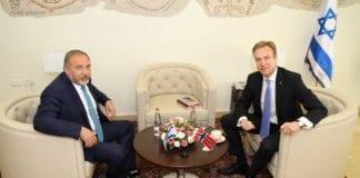 Avigdor Lieberman ønsker dialog med palestinerne. Her i møte med Børge Brende. (Foto: UD)