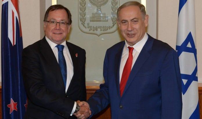 Benjamin Netanyahu i møte med New Zealands utenriksminister Murray McCully i Jerusalem i fjor. Nå kutter Israel diplomatiske bånd til landet etter at de sto bak en anti-israelsk FN-resolusjon. (Foto: Amos Ben Gershom)