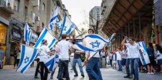 Unge gutter svinger israelske flagg i Jerusalem. (Illustrasjonsfoto: Kristoffer Trolle, flickr)