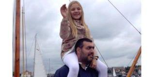 Dan Uzan med niesen Karoline på skuldrene. (Foto: Privat)