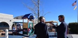 Senator Martin Heinrich besøker det lokale jødiske forsamlingshuset i Albuquerque i februar for å diskutere bombetruslene de jødiske institusjonene har blitt utsatt for.