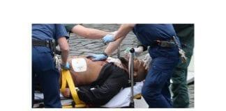 Terroristen i London-angrepet får behandling etter at han ble skutt av politiet. Terroristen døde senere av skadene. (Foto: Skjermdump fra tv-bilder)