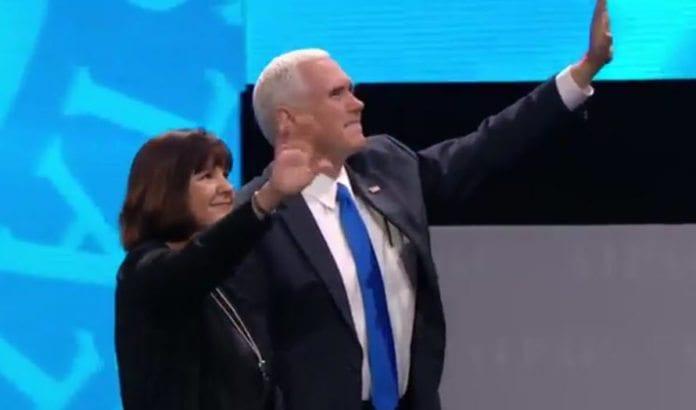 Visepresident Mike Pence og konen Karen hilser AIPAC-konferansen 26. mars 2017. (Skjermdump: AIPAC)