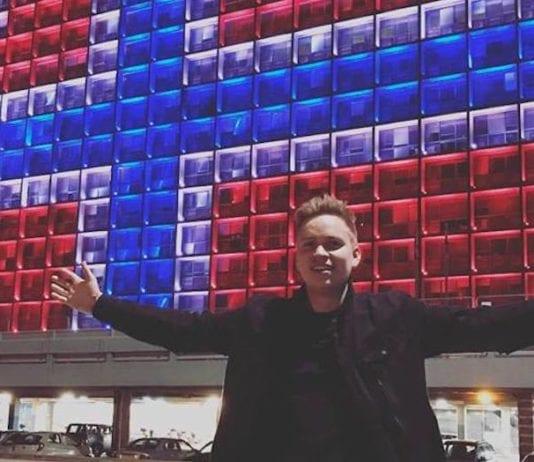Joakim With Steen foran rådhuset i Tel Aviv, som for anledningen ble lyssatt som det norske flagget. (Foto: Instagram)