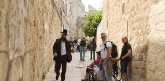 Turister og lokalbefolkning i det jødiske kvartal i Gamlebyen i Jerusalem. (Foto: Det israelske turistkontor)