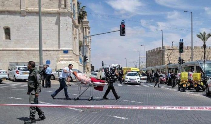 En person ble knivstukket på trikken i Jerusalem langfredag. (Foto: Magen David Adom)