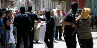 En person fraktes bort for en offentlig henrettelse i Gaza i 2014. (Foto: Skjermdump YouTube)