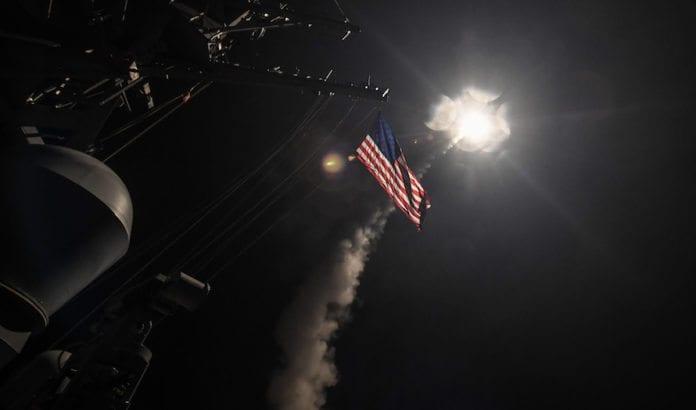 En Tomahawk-missil fra det amerikanske fartøyet USS Porter er på vei mot en flybase i Syria. (Foto: Ford Williams/Flickr)