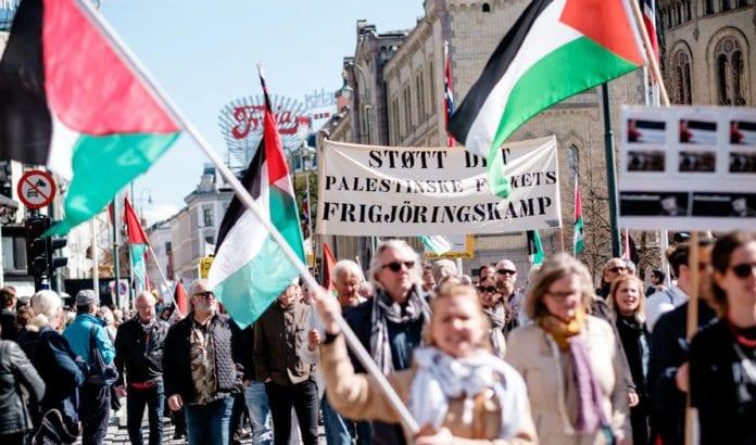 LO går inn for en politikk som vil utslette verdens eneste jødiske stat, samtidig som de heier fram arabisk stat nummer 22 og muslimsk stat nummer 57. Bildet er fra 1. mai i Oslo 2017. (Foto: Roland Baltzersen)