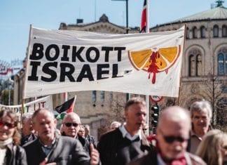 Et større antall deltakere i 1. mai-toget i Oslo i 2017 gikk under paroler som krevde boikott av verdens eneste jødiske stat. (Foto: Roland Baltzersen)
