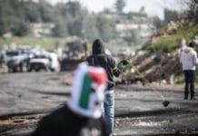 Palestinsk ungdom lager opptøyer på Vestbredden. Tenketanken JCPA mener en bedre palestinsk økonomi vil få færre palestinere til å bedrive slike aktiviteter. (Foto: Noam Moskovich)