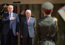 Mahmoud Abbas og Fatah fordømmer Israel for å forsvare seg selv. Her i møte med Donald Trump. (Foto: Shealah Craighead/Flickr)