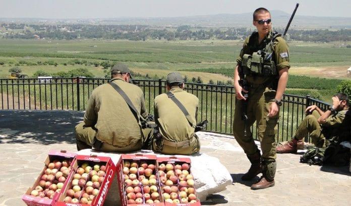 Israelske soldater ved Quneitra-området langs grensen mot Syria. Nå er det stengt av for sivile. (Foto: Adam Jones/Flickr)