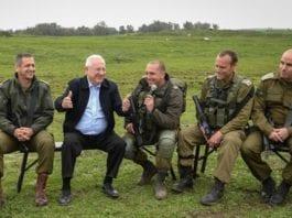 Israels president Reuven Rivlin besøkte soldater på Golanhøyden tidligere i år. (Foto: Mark Neyman/GPO)