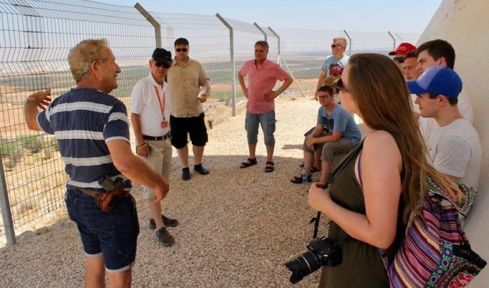 Den israelske krigshelten Moti Paz fortalte om hvorfor Jordandalen er så viktig for Israels forsvar. (Foto: Bjarte Bjellås)
