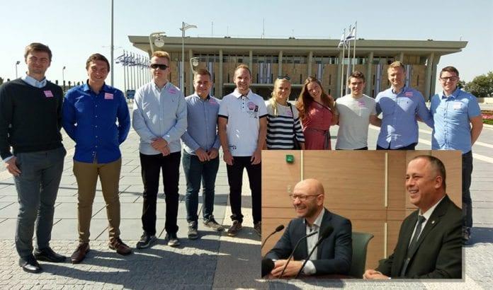 I Knesset ble MIFFs ungdommer ønsket velkommen av visepresident Hilik Bar (innfelt til høyre) og Arsen Ostrovsky. (Foto: Kjetil Ravn Hansen)