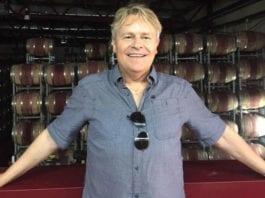 Bengt-Ove Nordgård foran vinfat hos Golan Heights Winery (Foto: Privat)